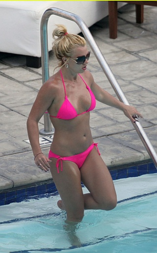 Britney Spears Bikini Pictures. She's toxic! Here's my favorite poplet ...