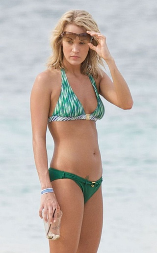 carrie underwood bikini Think Call of Duty, Left 4 Dead and World of Warcraft. 3d gaming image.jpg
