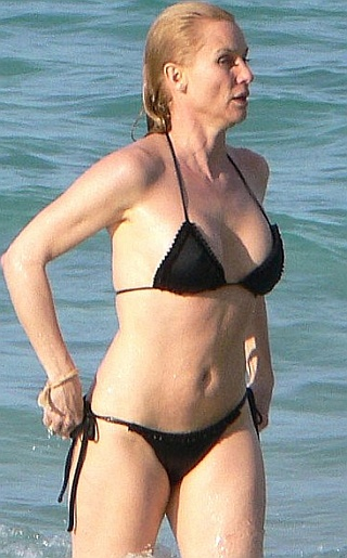 nicollette sheridan bikini2 Amanda Seyfried Admits to Using Popsicles In Sex Scenes for Upcoming Movie ...